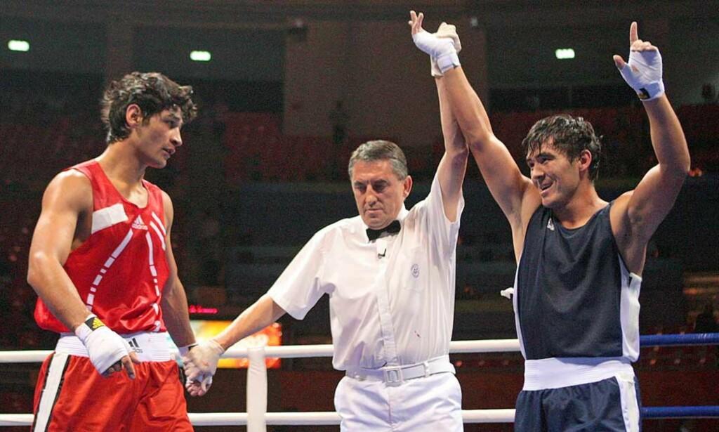DISKET: Dzhakhon Kurbanov tapte for Jerkebulan Sjynalijev etter å ha blitt disket for å ha bitt motstanderen. Foto: AFP/SCANPIX