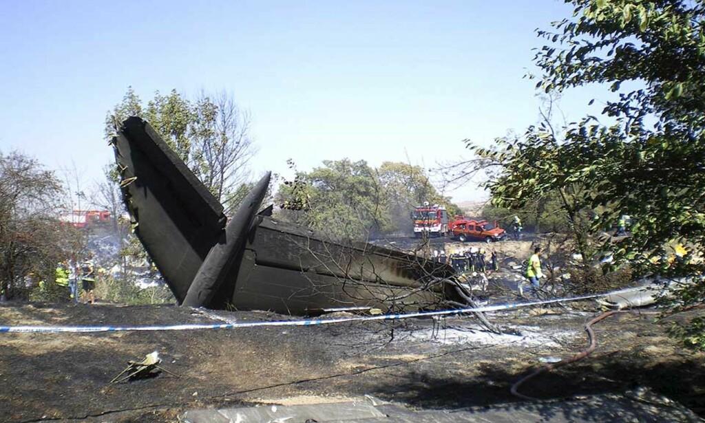 HER OVERLEVDE 19: Flykroppen er helt ødelagt, og store områder er avsvidd. Foto: EPA/Scanpix