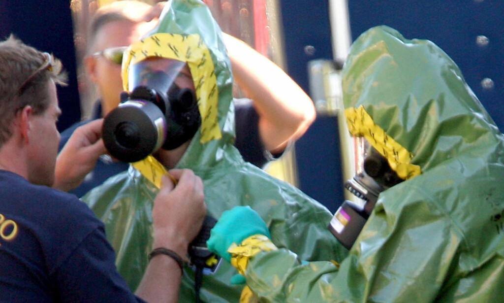 SIKKERHET:  Politiet tok ingen sjanser på miltbrannsmitte de de tok seg inn i John McCains vakgkampkontor i Centennial i Colorado. Foto: JOHN MOORE, GETTY IMAGES/AP/SCANPIX.