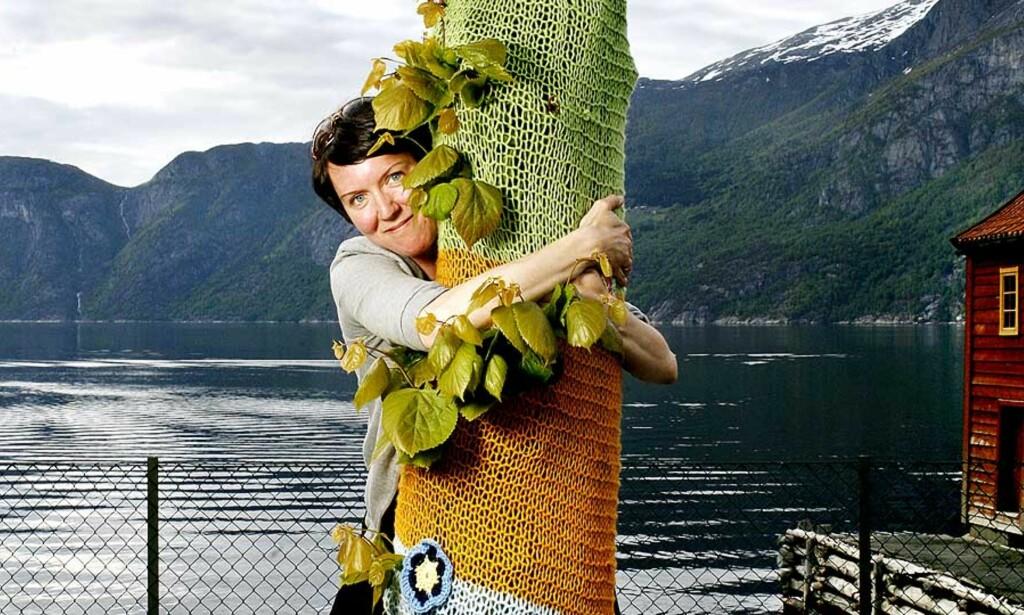 KUNST I BYGDA: Kunstner Inger Lena Gåsemyr tok kunstprosjektet «Graknitti» fra Chicago til lille Eidfjord. Foto: AGNETE BRUN