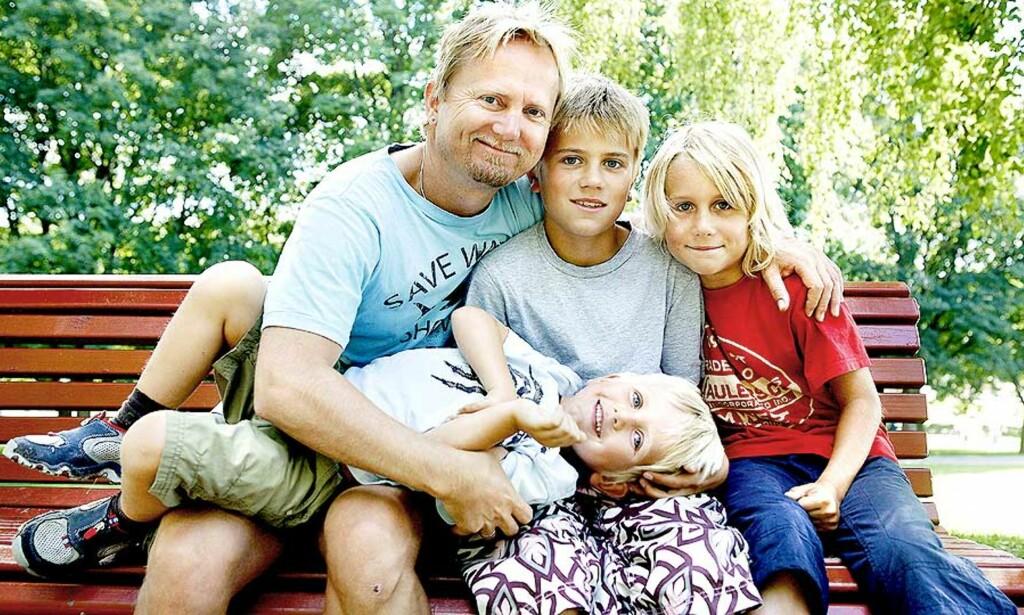 PERFEKT SØNDAG: Hallgeir Opedal sammen med inspirasjonskildene sine, sønnene Vetle (11), Sondre (10) og monster-Jone (4). Foto: ELISABETH SPERRE ALNES