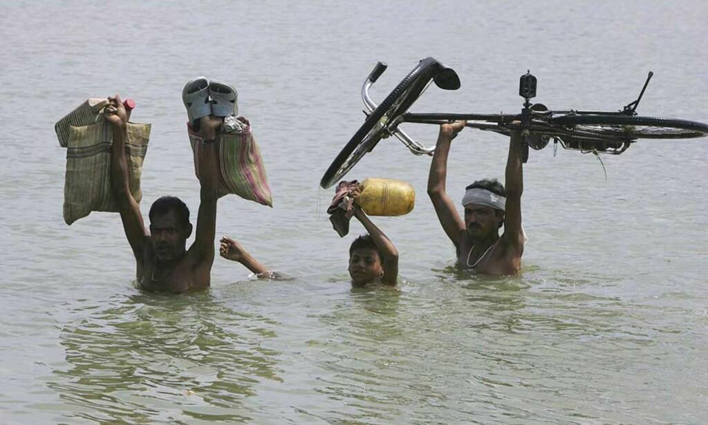 REDDER DET DE HAR: Tre millioner mennesker er drevet vekk fra hjemmene sine på grunn av flommen for to uker siden. Foto: Scanpix