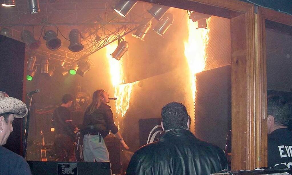 TRAGEDIEN: Gnister fra pyroshowet antente på kort tid den billige lydisolasjonen rundt scenen. Foto: AP PHOTO