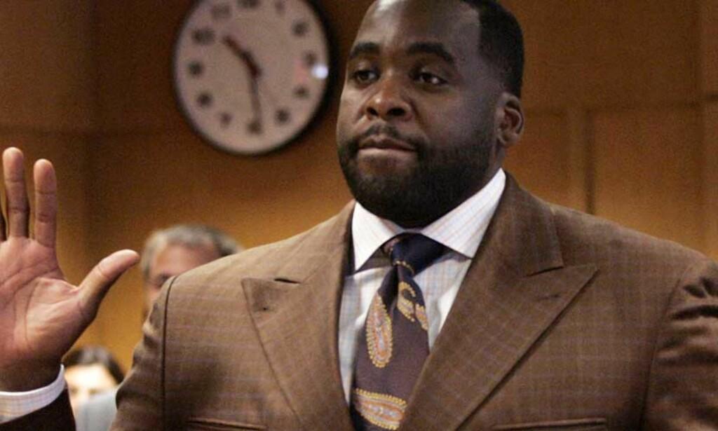 OVER OG UT: Den en gang så populære borgermesteren i Detroit, Kwame Kilpatrick, innrømmet i dag å ha løyet i retten. Foto: REUTERS/Rebecca Cook/SCANPIX