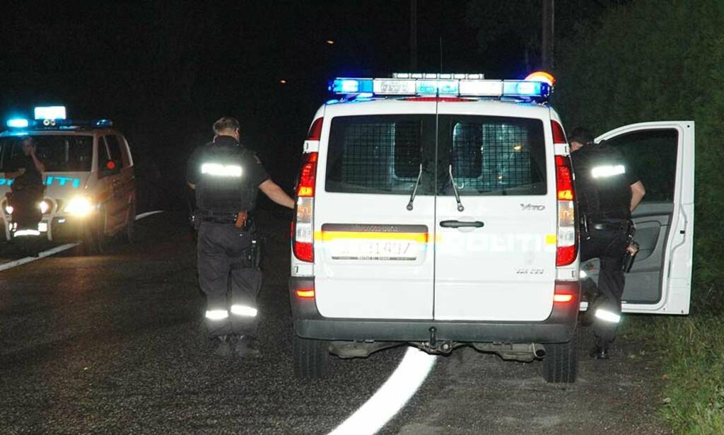 SØKER I OMRÅDET: Store politistyrker leter etter gjerningsmannen. Foto: Lasse Ljung