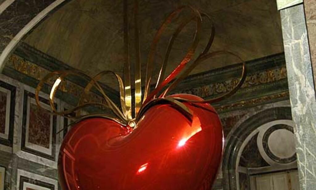 DYRT: «Hanging Heart» ble det dyreste samtidskunstverket solgt av en nålevende kunstner, da det gikk under hammeren i fjor. Prislaåå = 130 millioner kroner. Foto: SCANPIX/REUTERS