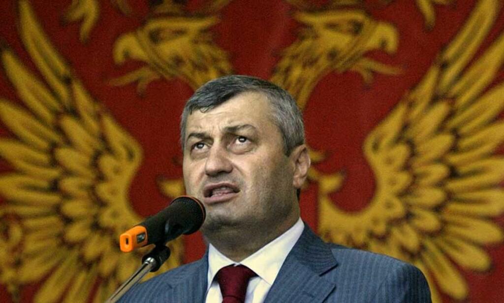 DRØMMER OM RUSSLAND: Sør-Ossetias leder Eduard Kokoity taler på feiringen av at regionen erklærte seg selvstendig 27. august. Bak han henger det russiske statsemblemet. Foto: Scanpix