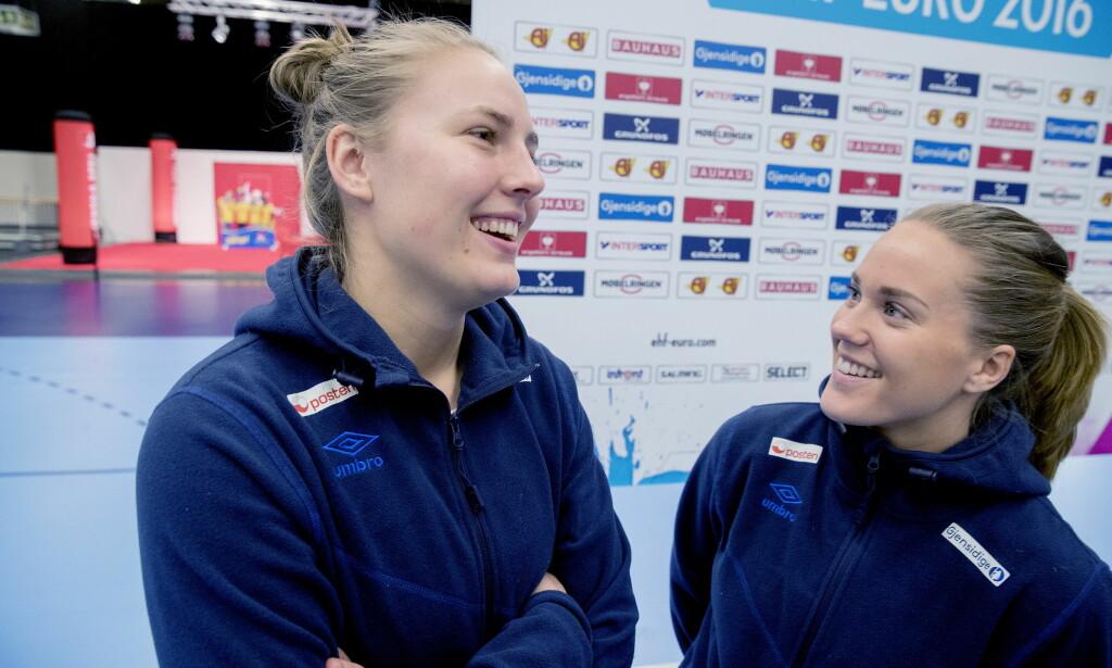 RØRT: Vilde Ingstad og Malin Aune (t.h.) snakker om opplevelsen fra benken under den dramatiske EM-semifinalen mot Frankrike. Foto: Bjørn Langsem / DAGBLADET