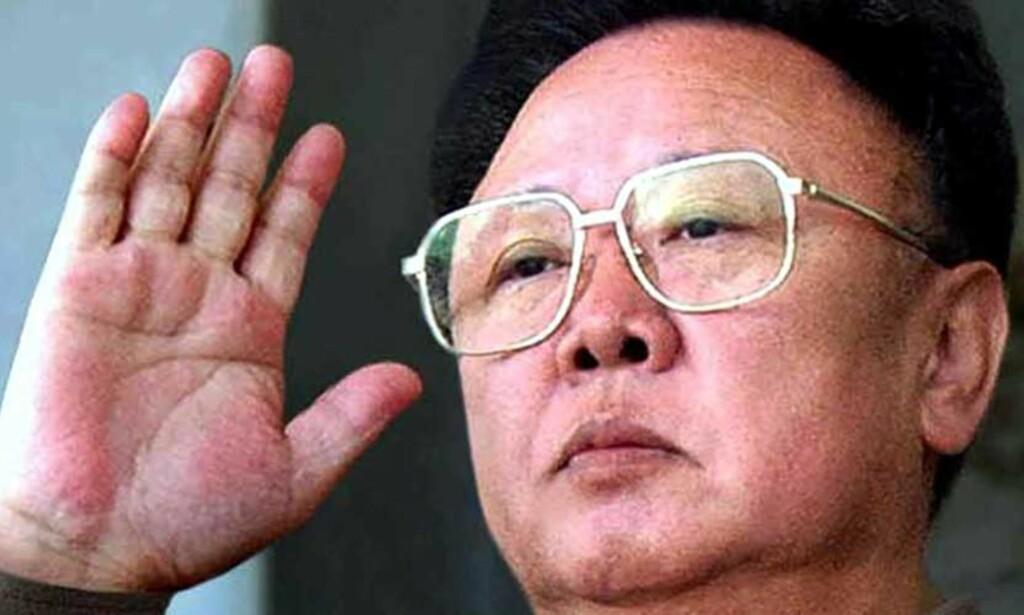 VELKJENT SYN: Dette arkivbildet fra 2005 er blitt en gjenganger. Nå spekuleres det i at Kim Jong Il er alvorlig syk. Den nordkoreanske presidenten har ikke vist seg offentlig på lenge. Foto: REUTERS/Korea News Service/SCANPIX
