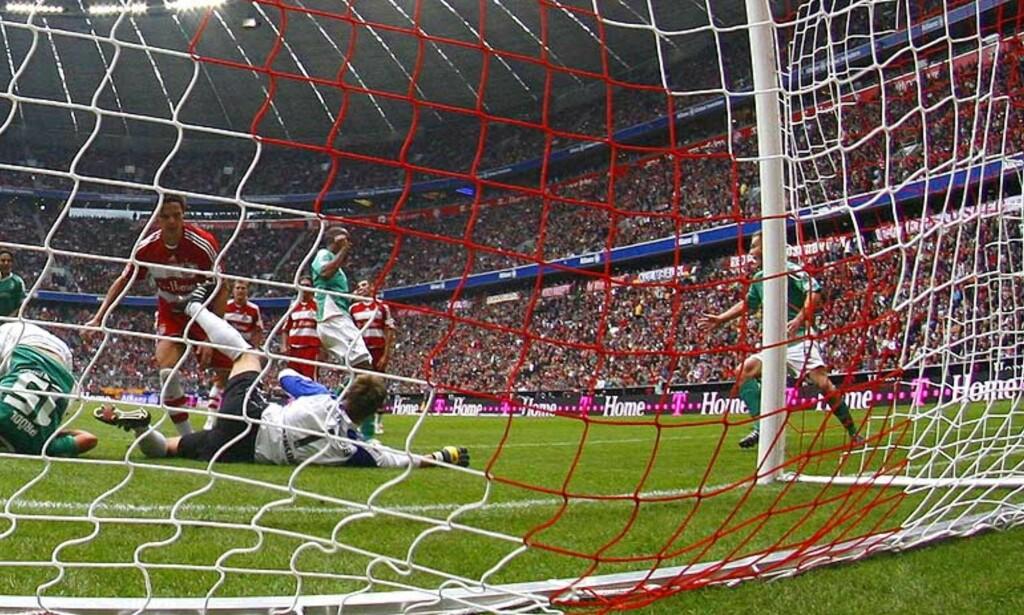 TØFF DAG PÅ JOBBEN: Bayern-målvakt Michael Rensing måtte inn i eget nett og hente ut fem baller før hjemmelaget fikk hull på byllen selv. Her er det Naldo som har socoret for Werder Bremen. Foto: REUTERS/SCANPIX