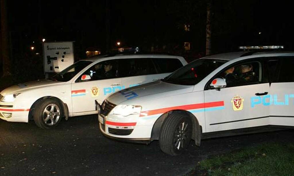 STORUTRYKNING: Flere politienheter samt ambulanse ble utkalt til boligområdet i Gvarv etter meldinger om en mulig knivepisode, og lette en stund etter en «bevisstløs person». Foto: ARILD ENGER