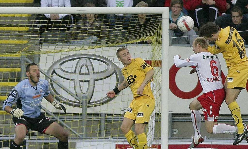 MÅLFARLIG VETERAN: Stig Johansen var frempå med hodet på to dødballer, og var sterkt delaktig i at Bodø/Glimt stakk av med tre poeng mot Fredrikstad i går kveld. Foto: ROBIN STANGELAND/SCANPIX