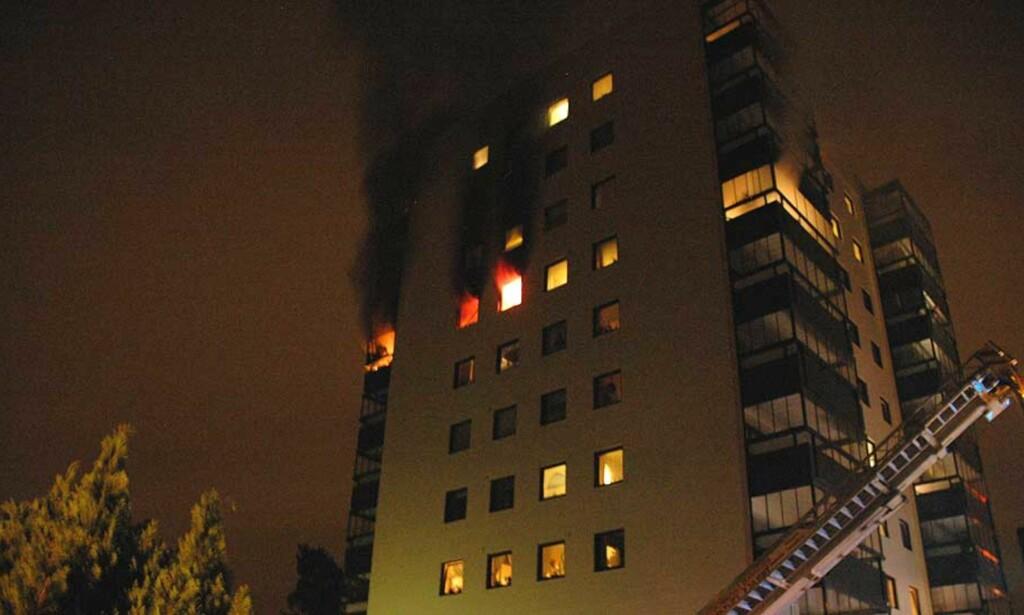 EVAKUERES:  53 personer er evakuert etter en brann i en blokk på Solvang i Tønsberg i natt. Foto: Lasse Ljung