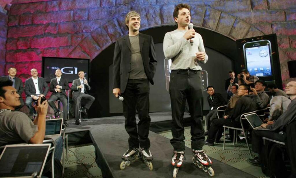 GOOGLE-GUTTA: Larry Page og Sergey Brin stilte med rollerblades under gårsdagens presentasjon av den første «Google-telefonen», T-Mobile G1, i New York i går. Foto: SCANPIX