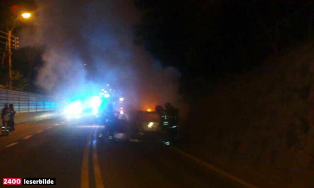 TOTALVRAK: Brannfolkene fikk raskt kontroll over brannen, men personbilen kunne ikke reddes. MMS-foto: DAGBLADET.NO-TIPSER