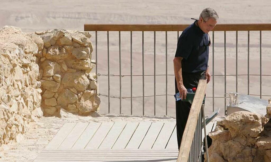 GREP INN: George Bush ville ikke ha et angrep på Iran, skriver ei britisk avis i dag. Her kikker han ut på Dødehavet. Foto: Scanpix/Ap