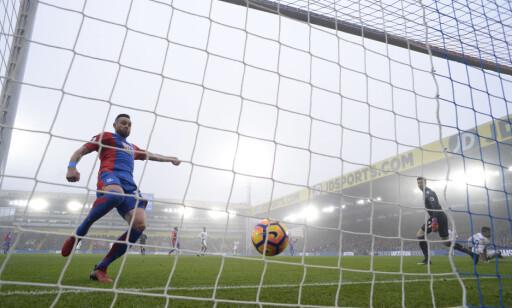 KAMPENS ENESTE: Her har akkurat Diego Costa vært øverst i feltet. Damien Delaney rekker akkurat ikke fram i sitt forsøk på å klarere. Foto: Action Images / Reuters / Tony O'Brien / NTB Scanpix