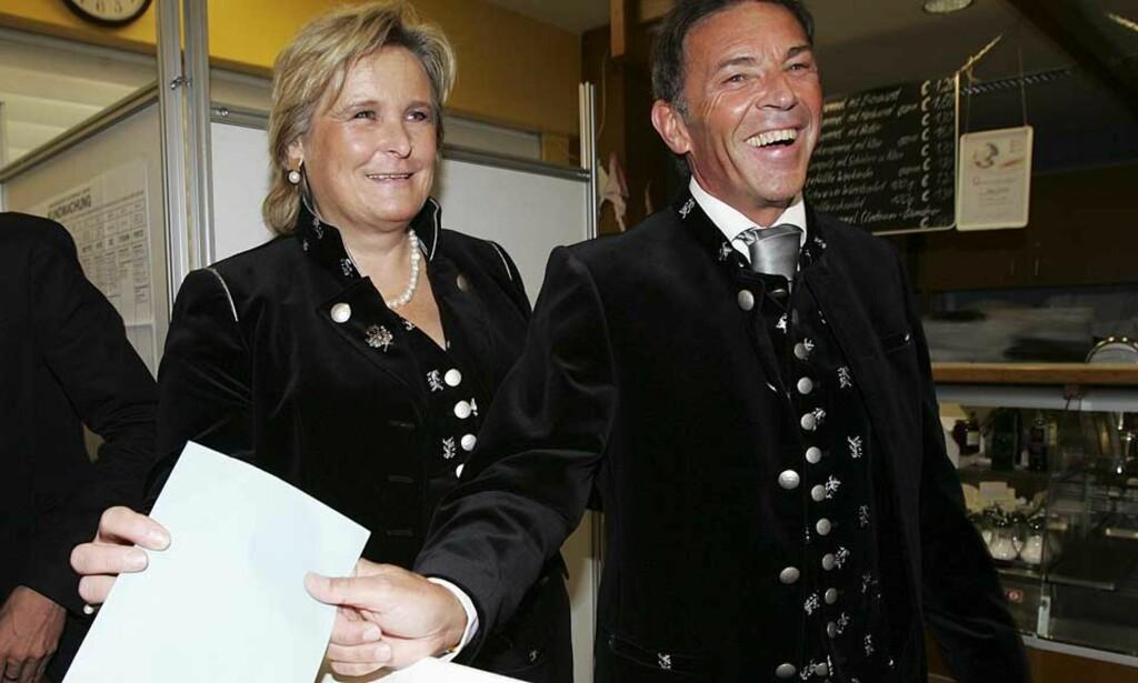 SEIERSSMIL: Jörg Haider, leder av Alliansen for Østerrikes framtid, legger stemmeseddelen i urna sammen med kona Claudia i Klagenfurt tidligere i dag. Foto: DANIEL RAUNIG/REUTERS/SCANPIX