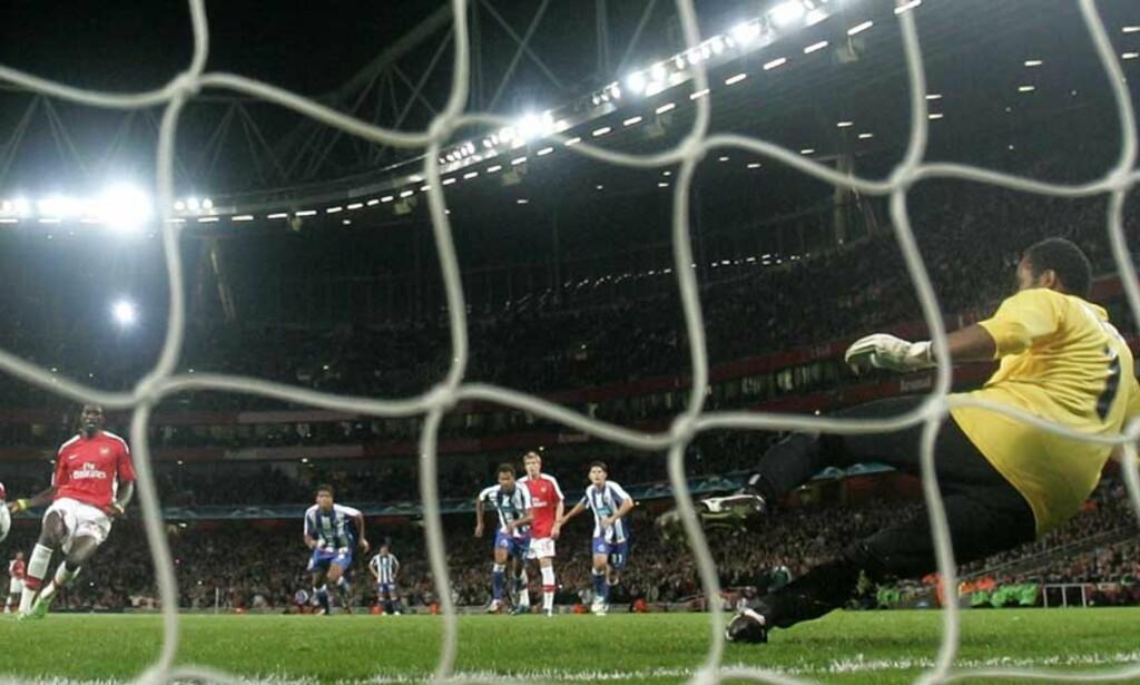 HER SITTER DET FJERDE: Emmanuel Adebayor satte inn Arsenals siste mål fra straffemerket. Foto: MATT DUNHAM/AP/SCANPIX