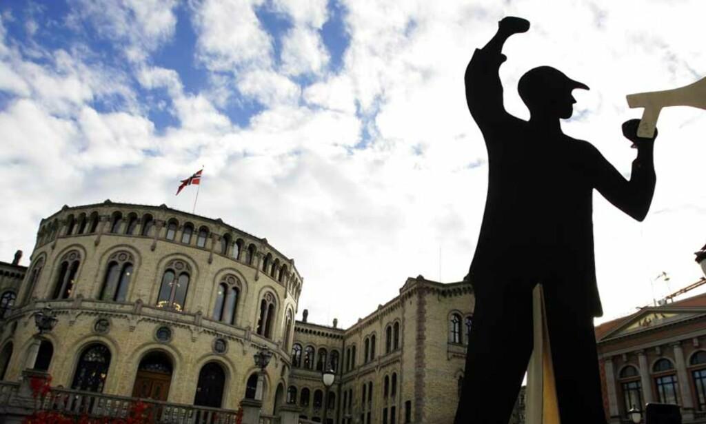 «HISTORISK»: Studentene er langt mer fornøyde nå enn i 2004 da de demonstrerte mot kutt foran Stortinget. Foto: SCANPIX