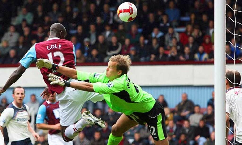 SPORTSLIG SUKSESS: Carlton Cole og West Ham ligger på 6. plass i Premier League - men sliter mer utenfor banen. Klubben er uten hovedsponsor og gjelda vokser. Foto: AFP