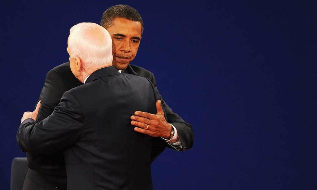 ETTER DEBATTEN: Barack Obama og John McCain omfavner hverandre etter debatten i Nashville natt til i går. Foto: PAUL J. RICHARDS/AFP/SCANPIX