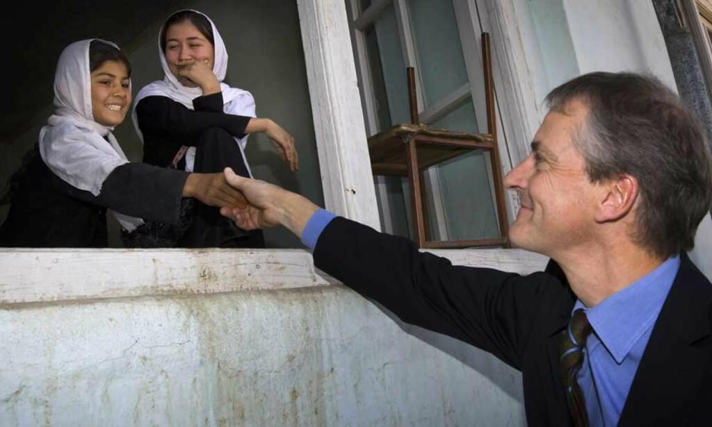 MØTTE SKOLEBARN: Utenriksminister Jonas Gahr Støre besøkte jenteskolen Setara i Maimana i Nord Afghanistan. Foto: HEIKO JUNGE/SCANPIX