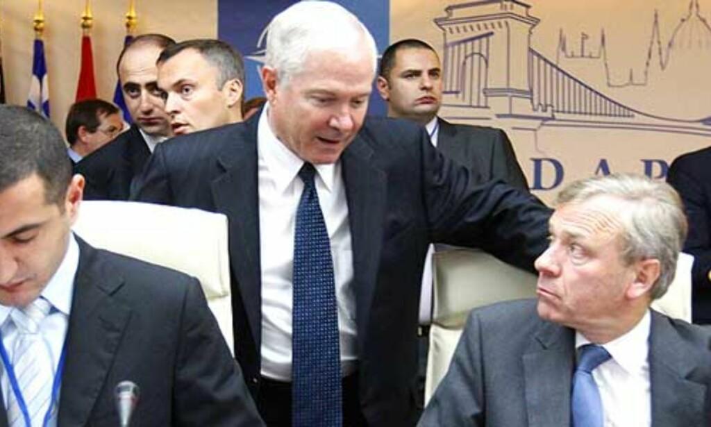 TIL KAMP: NATOs generalsekretær Japp de Hoop Scheffer (til høyre) leder an i NATO-landenes kamp mot narkotika i Afghanistan. Her med USAs forsvarsminister Robert Gates og Georgias forsvarsminister Davit Kezerashvili (til venstre). Foto: Laszlo Balogh/REUTERS/SCANPIX