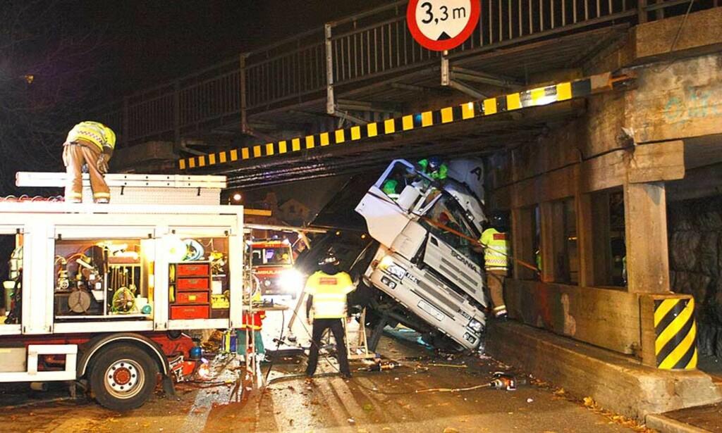 ULYKKE:  En 29-år gammel mann sitter fastklemt etter en ulykke ved Torstrand i Larvik. Foto:  ROLF SVENDSEN