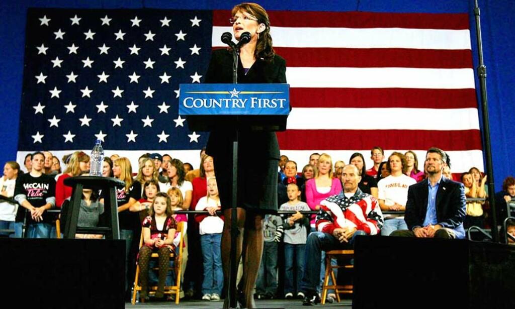 PÅ TALERSTOLEN: Sarah Palin talte for omtrent 8000 tilskuere i Findlay i Ohio. Minst to av tilskuerne var Barack Obama-tilhengere. Foto: AP/Scanpix