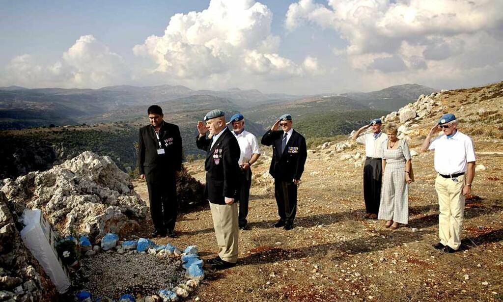 MINNES SINE DØDE:  21 nordmenn mistet livet i FN-tjeneste i Libanon. Presidenten i FN-Veteranenes Landsforbund, Odd Helge Olsen, og de andre norske FN-veteranene, la ned blomster på soldatenes minnestener i dag. Foto: TORBJØRN GRØNNING