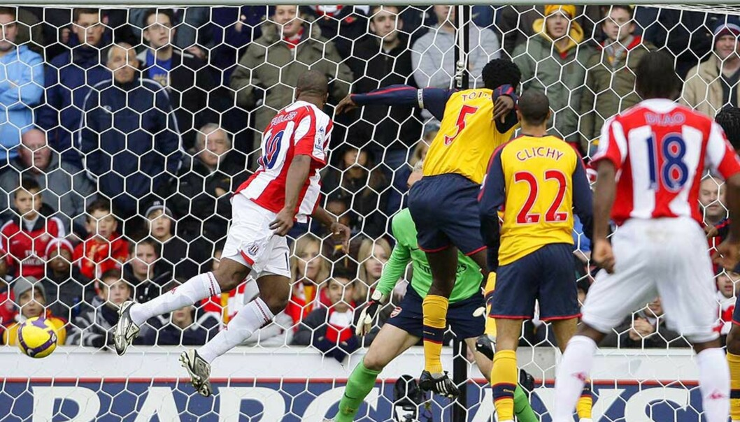 <strong><b>STARTSKUDD FOR TRØBBEL:</strong></b> Ricardo Fuller stanget inn 1-0 etter drøye ti minutter, og Arsenal klarte aldri å reise seg ordentlig. Foto: REUTERS/SCANPIX