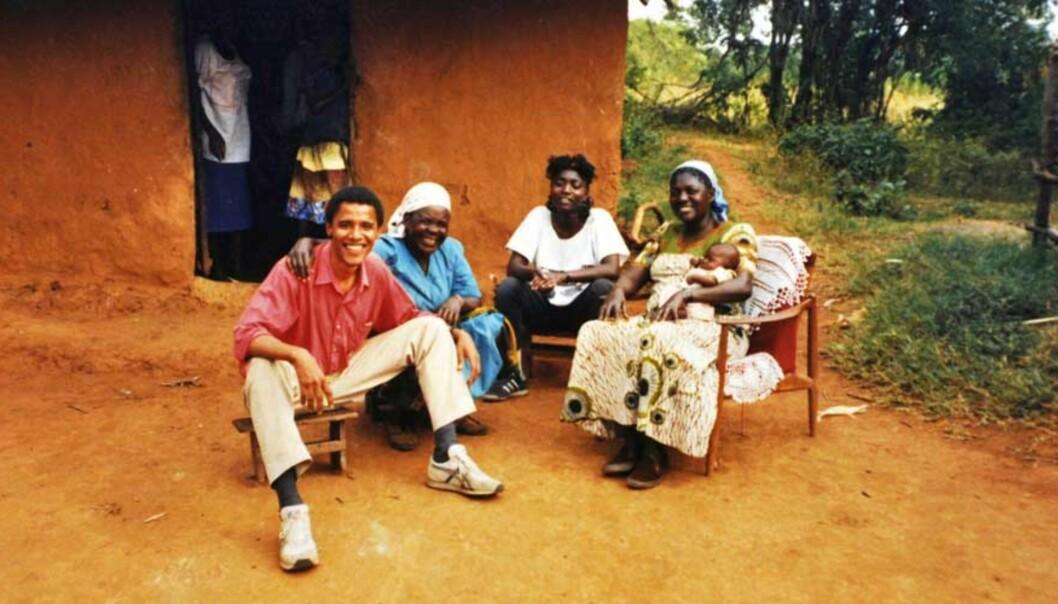 <strong><b>PÅ BESØK HOS BESTEMOR:</strong></B> I 1987 besøkte Barack Obama sine røtter i landsbyen Kogelo i Kenya for første gang. Det var første gang Sarah kunne klemme «Barry», som guttene i byen kalte ham. Her poserer han sammen med bestemor Sarah, søsteren Auma og stemoren Kezia, med en baby på armen. Foto: Rex Features