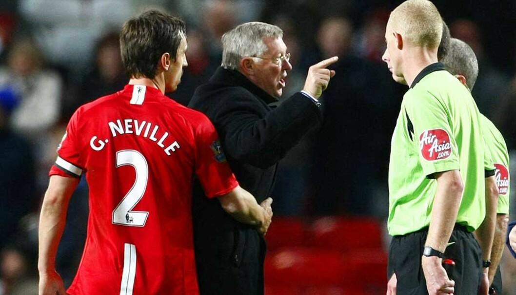 <strong><B>HØR HER:</strong></B> Mike Dean fikk seg en overhøvling av beste hårføner-merke på Old Trafford i helga. Nå risikerer Ferguson straff. Foto: REUTERS