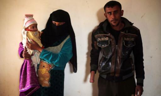HVERDAGEN ETTER IS: Mohammad Hassan, kona og deres lille datter er på flukt fra Mosul, og bor i et lite hus sammen med storfamilien, like utenfor hjembyen. Foto: Mohammed Salem / Reuters / Scanpix