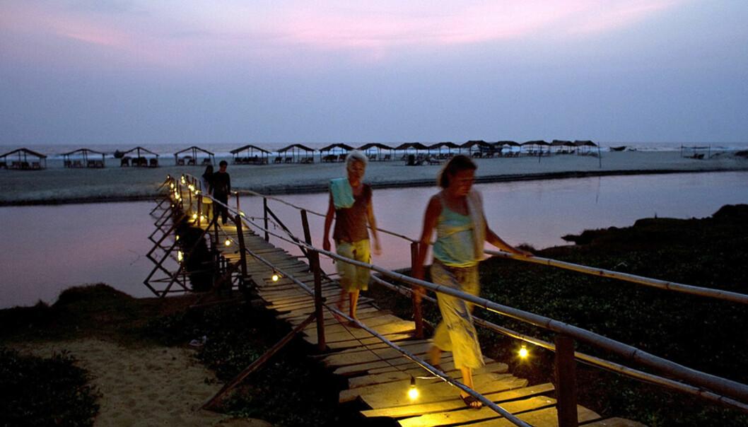 <strong><b> HIPPIE-PARADIS:</strong> </b> Hippiene oppdaget Goa-kysten på 1970-tallet. Noen har aldri reist hjem -og vestlige charterturister har kommet etter. Her Mendrem Beach i solnedgang. Foto: AFP/SCANPIX.