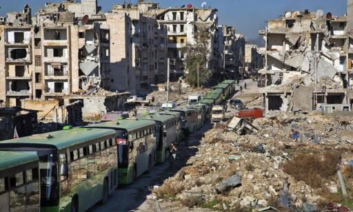 EVAKUERING: Evakueringen av sivile fra Øst-Aleppo har i dag blitt gjenopptatt, melder syriske medier. Flere busser og hjelpeorganisasjonerhar i morgentimene søndag ankommet byen. Foto: AFP Photo / NTB Scanpix