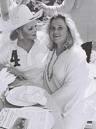 MOR OG DATTER: Zsa Zsa Gabor og Francesa Hilton (t.h.) avbildet sammen i juli 1984. Foto: Berliner Studio / BEI / Shutterstock / NTB Scanpix