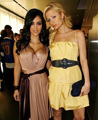 I RAMPELYSET: Paris Hilton avbildet med sin daværende gode venninne Kim Kardashian i juli 2006. Foto: Chris Polk / AP / NTB Scanpix