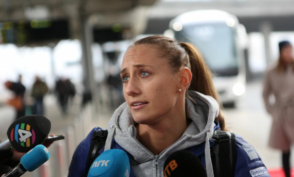STILTE OPP: Camilla Herrem var én av få norske håndballjenter som tok seg tid til pressen etter at de ankom Oslo. Foto: Christian Roth Christensen / Dagbladet