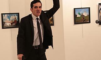 POSERTE: Slik så drapsmannen Mevlut Mert Altintas etter at han hadde avfyrt skuddene som drepte Russlands ambasasdør. Foto: AP / NTB Scanpix
