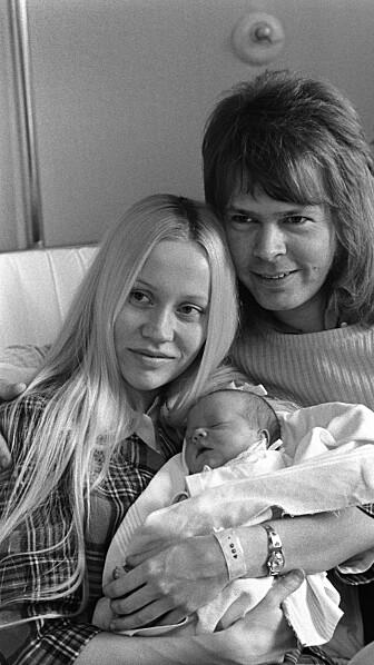 FORELDRE: Björn og Agnetha smilte etter å ha ønsket datteren Linda velkommen til verden i 1973. Foto: Scanpix