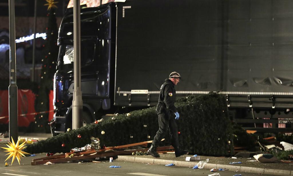 KRASJET: Lastebilen stoppet etter å ha krasjet med et juletre, og en mann flyktet fra stedet. Inne i kjøretøyet satt en annen mann død. Foto: Michael Sohn / AP / NTB Scanpix