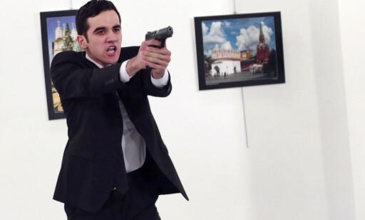 POLITISK MOTIVERT: Slagordene den 22 år gamle Mevlut Mert Altintas ropte da han drepte ambassadør Andrej Karlov tyder på at handlingen var politisk motivert. Foto: AP / NTB Scanpix