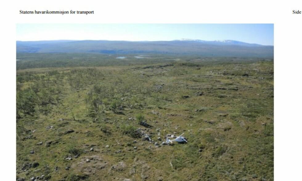 HARD LANDING: Her står helikopteret på bakken i Reisadalen, etter en heller vinglete flytur fra Alta mot Kiruna. Foto: Havarikommisjonen.