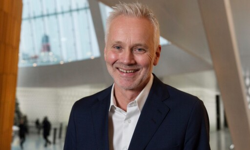 PÅ PLASS: Er er Geir Bergkastet, kommende toppsjef, på plass i Operafoajeen. Foto: Operaen
