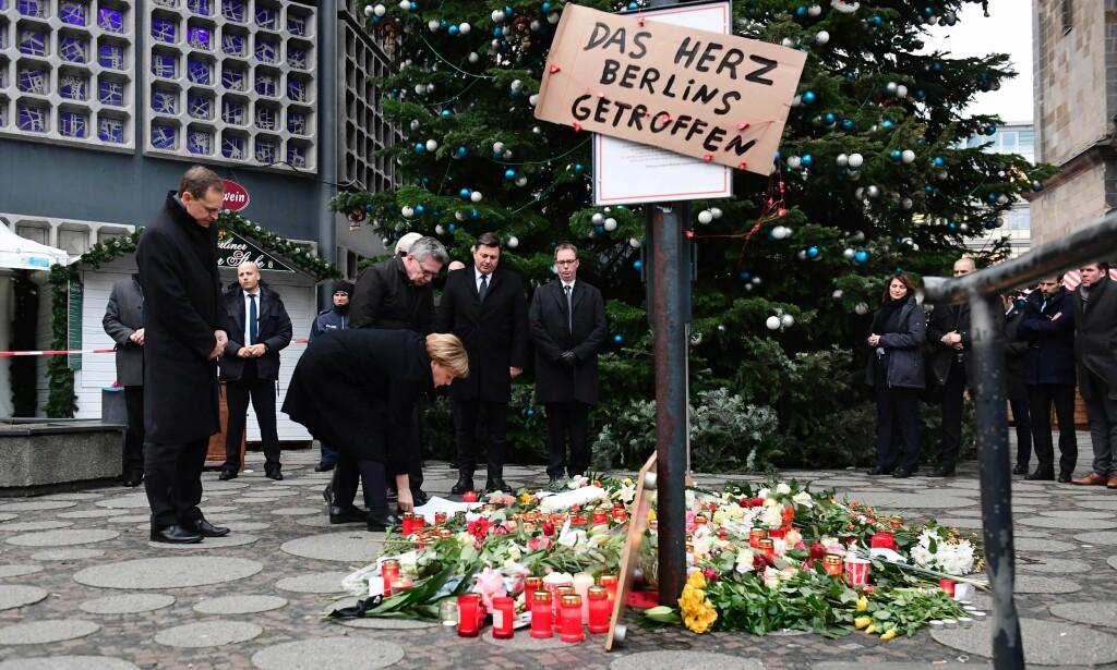 TRUFFET: Tysklands forbundskansler, Angela Merkel, sa etter angrepet at det vil være forkastelig om det bekreftes at en asylsøker står bak. På skiltet står det: «Hjertet av Berlin er truffet». Foto: Tobias Schwarz / AFP / NTB Scanpix