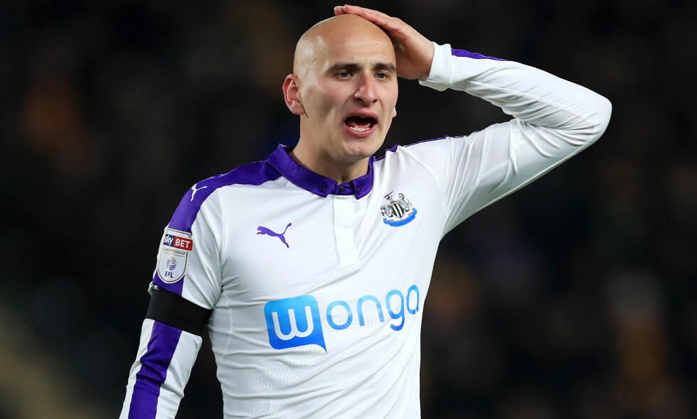 FEM KAMPER: Newcastle-spiller Jonjo Shelvey er utestengt i fem kamper for å ha kommet med rasistiske utsagn til Wolverhampton-spiller Romain Saiss. Foto: NTB Scanpix