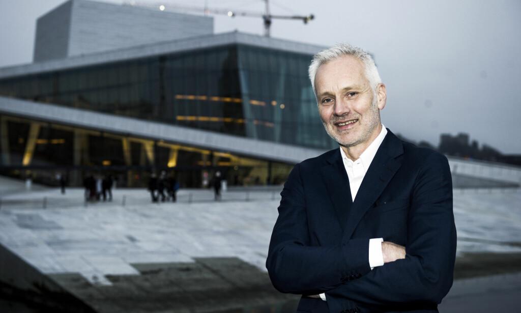 KJØPTE OPERABILLTTER: Den nye administrerende direktøren ved Operaen, Geir Bergkastet, ble ansatt i dag, men tiltrer først 1. august 2017. - Nå skal jeg kjøpe billetter til «Nøtteknekkeren» og invitere familien min til juleforestilling, sier han om å feire sin nye jobb. Foto: Andreas Lekang