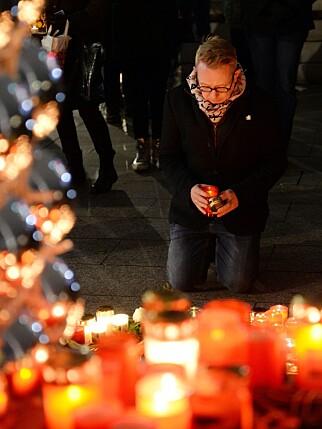 ANGREP: Folk legger ned blomster og lys på Breitscheidplatz der angrepet i går skjedde. Foto: EPA / NTB Scanpix
